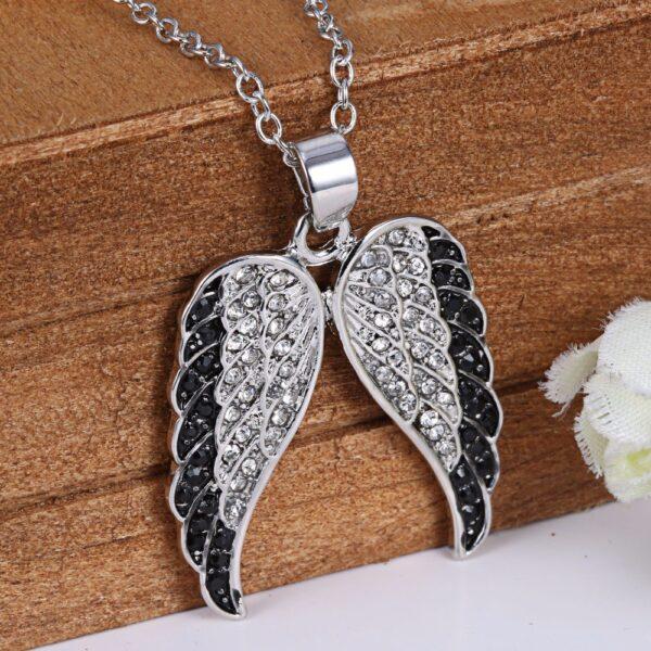 Pendentif ailes d'ange en acier inoxydable serties de fins zircons blancs et noirs