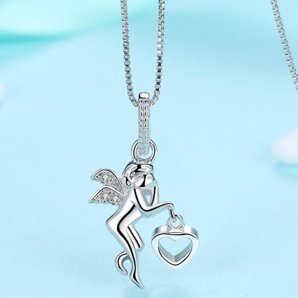 Pendentif ange en argent tenant un coeur