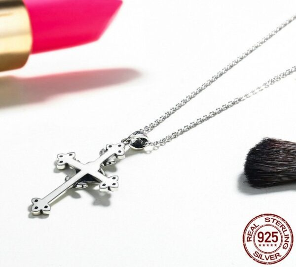 Pendentif croix en argent agrémentée d'une rose et de zircons noirs