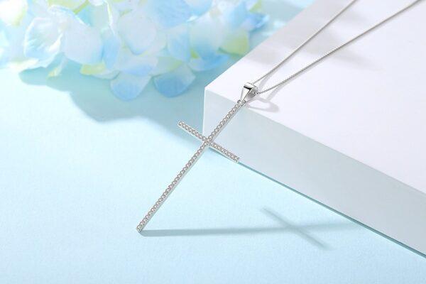 Pendentif croix élégante en argent fine et longue sertie de zircons blancs