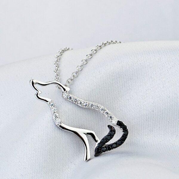 Pendentif loup en argent à la fourrure de zircons blancs et à la queue de zircons noirs