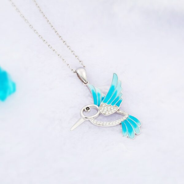 Pendentif colibri en argent aux ailes et plumes bleues et ses beaux zircons blancs