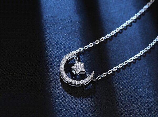 Pendentif lune en argent sertie de zircons et sa bonne étoile
