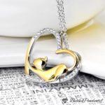 Pendentif chat en argent qui s'étire dans un joli coeur