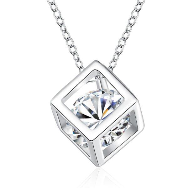 Pendentif cubique en argent ajouré enfermant un cristal imitation diamant