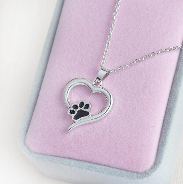 Pendentif patte de chien dans un coeur en métal