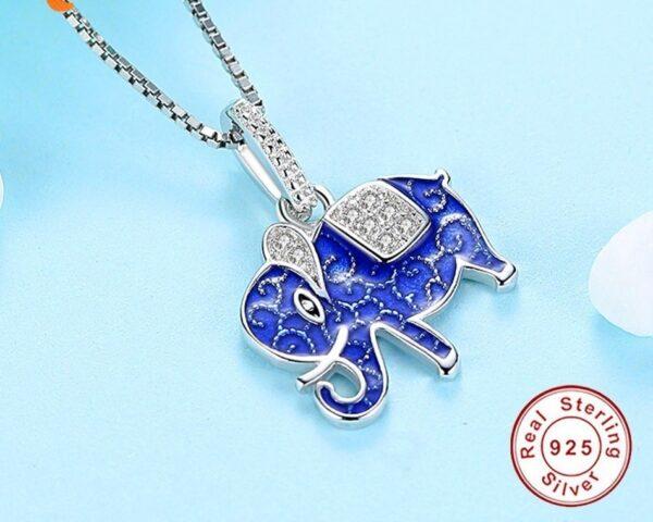 Pendentif éléphant en argent bleu agrémenté de zircons