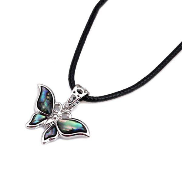 Pendentif papillon fait de coquille d'ormeau au collier en simili cuir