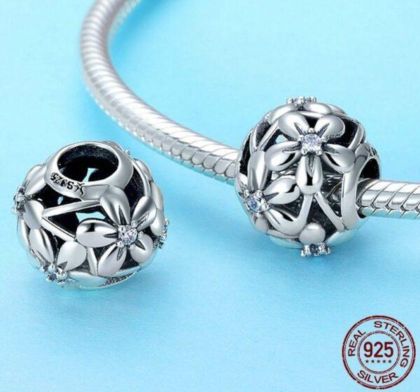 Charm perle en argent ajourée et fleurs aux pistils de zircons blancs