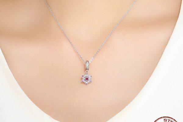 Pendentif charm fleur en argent aux zircons rose