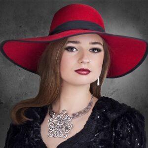 femme chapeau bijoux