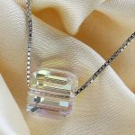 Collier en argent et son cristal cubique aux reflets arc-en-ciel